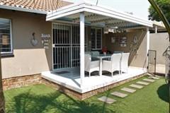 2 Bedroom Cluster For Sale in Sonneglans, Randburg